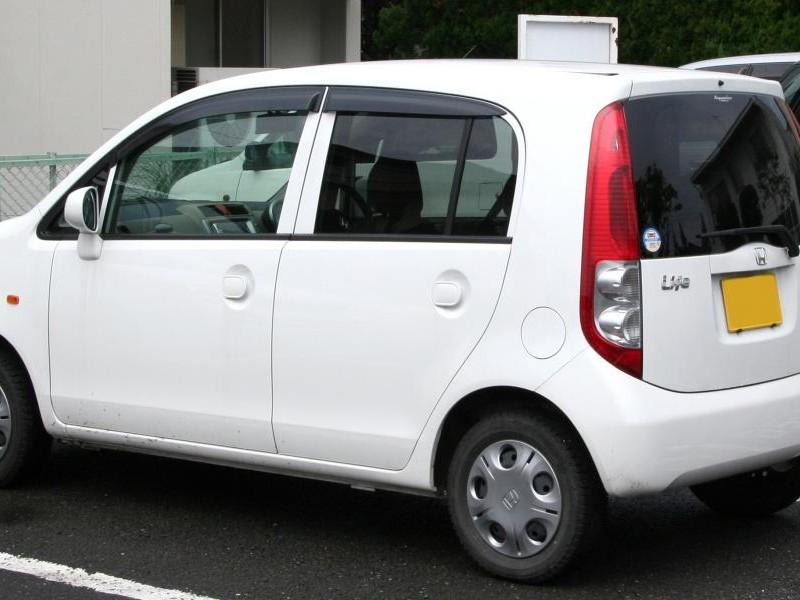 Белый хэтчбек Honda Life