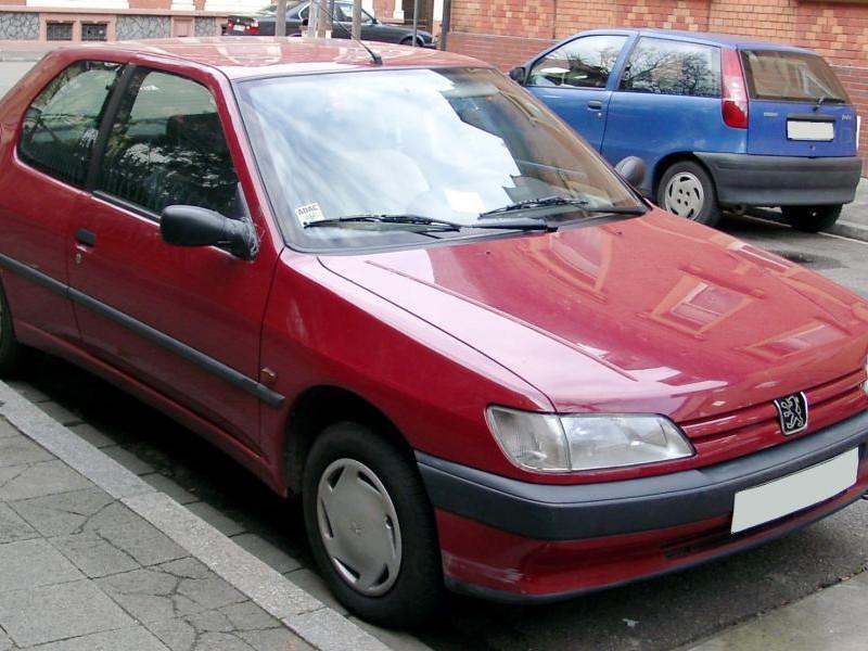 Красный Peugeot 306, хэтчбек