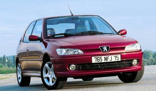 Красный хэтчбек Peugeot 306, вид спереди
