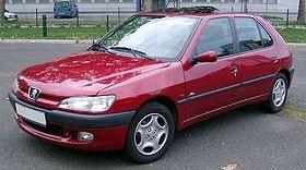 Красный хэтчбек Peugeot 306