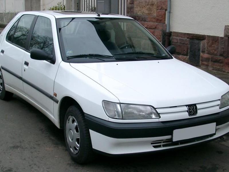 Белый хэтчбек Peugeot 306