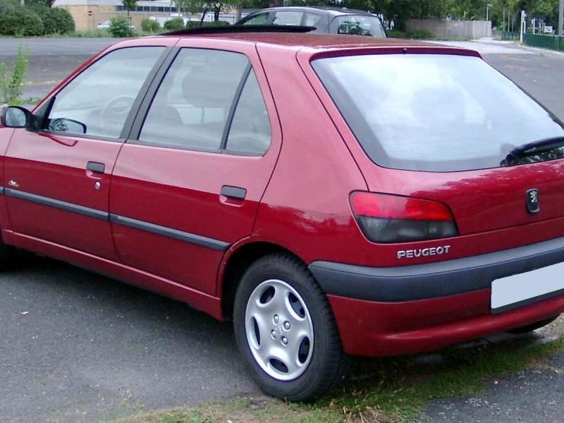 Красный хэтчбек Peugeot 306, вид сзади