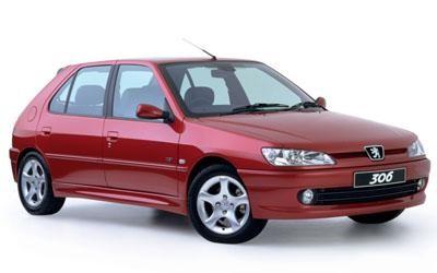 Красный компактный хэтчбек Peugeot 306