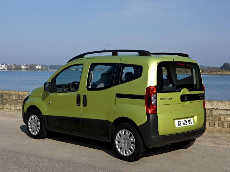 Зеленый минивэн Peugeot Bipper