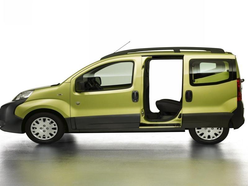 Зеленый минивэн Peugeot Bipper вид сбоку