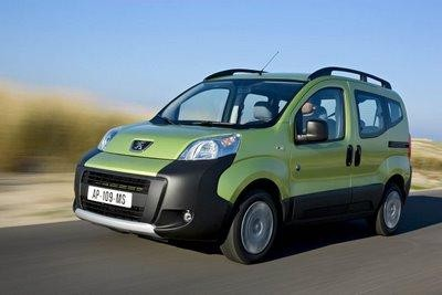 Зеленый быстрый минивэн Peugeot Bipper на трассе