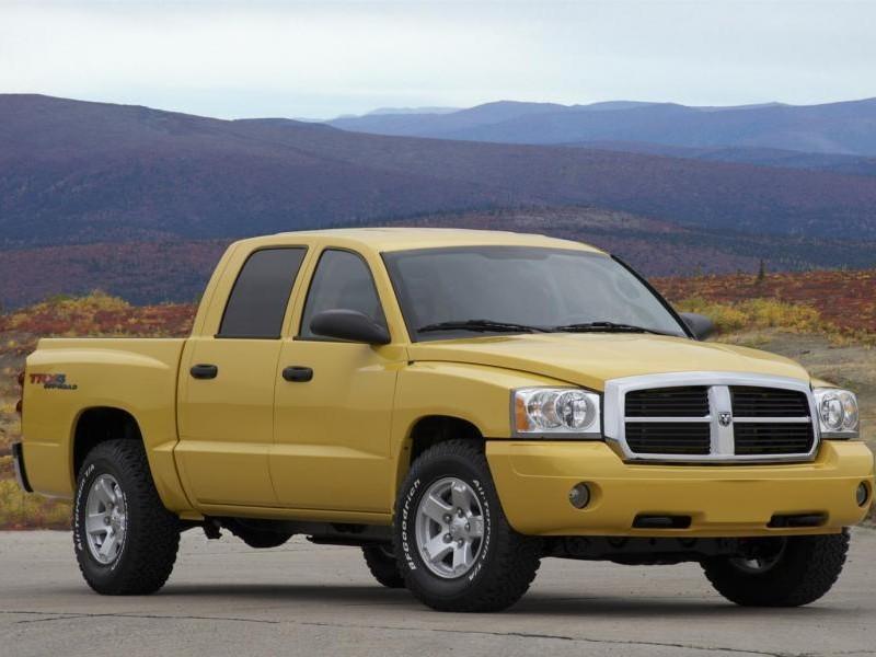 Желтый пикап Dodge Dakota