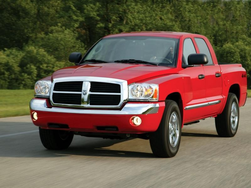 Красный пикап Dodge Dakota на трассе, вид спереди