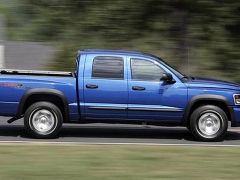 Синий пикап Dodge Dakota, вид сбоку, на трассе