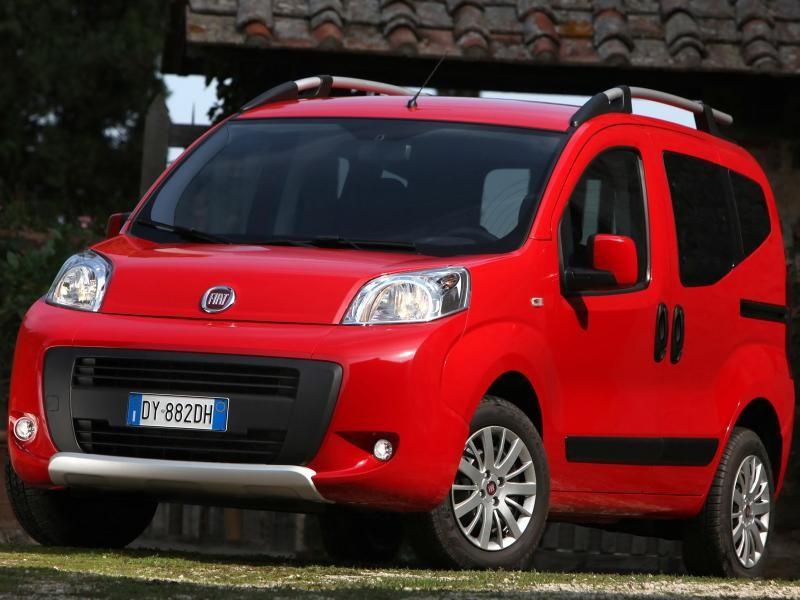 Красный минивэн Fiat Florino