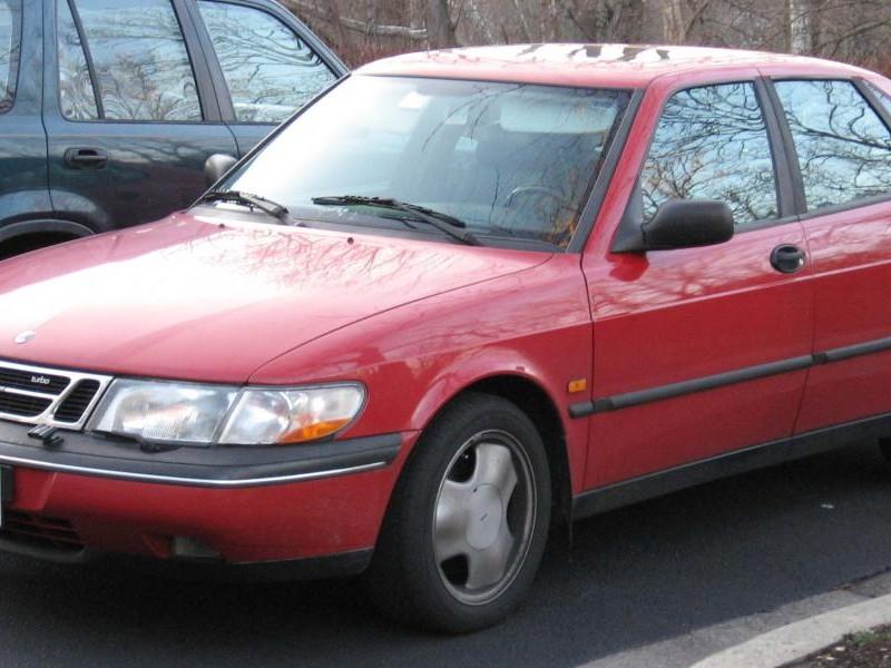 Красный хэтчбек Saab 900