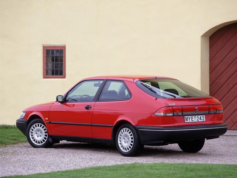 Красный Saab 900