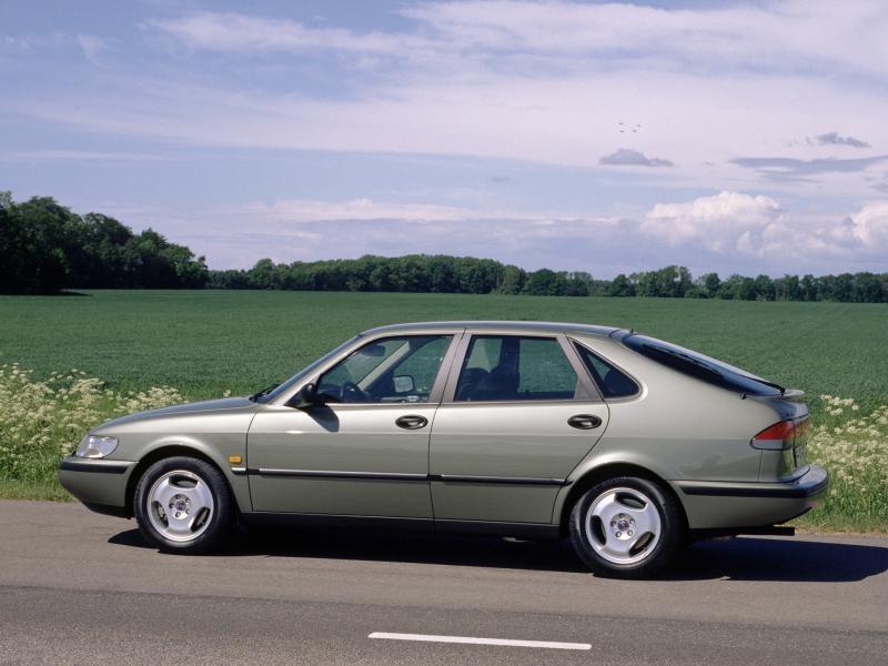 Серебристый Saab 900, вид сбоку