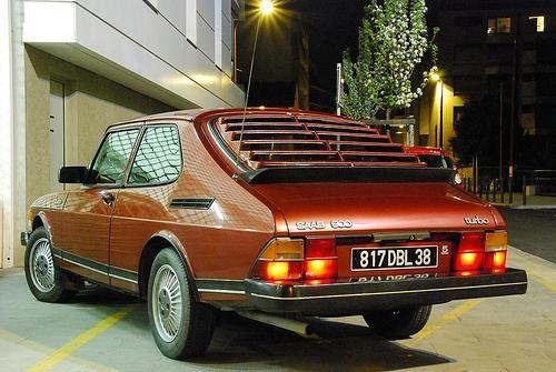 Красный Saab хэтчбек 900, вид сзади