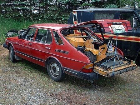 Красный практичный Saab 900