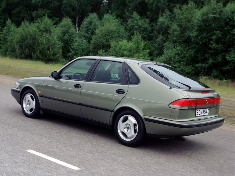 Серебристый хэтчбек Saab 900 на трассе