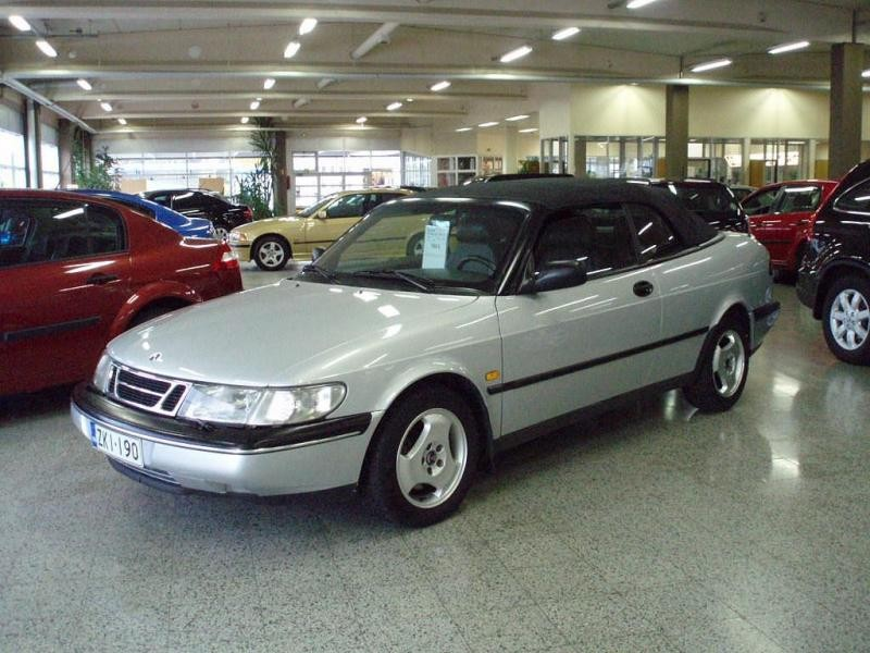 Серебристый Saab 900