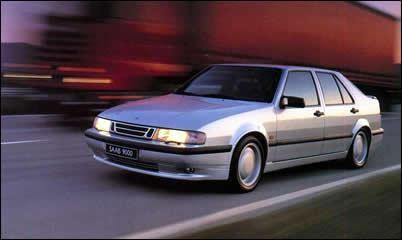 Серебристый быстрый седан Saab 9000