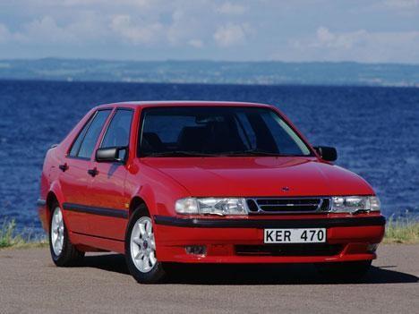 Красный седан Saab 9000, вид спереди