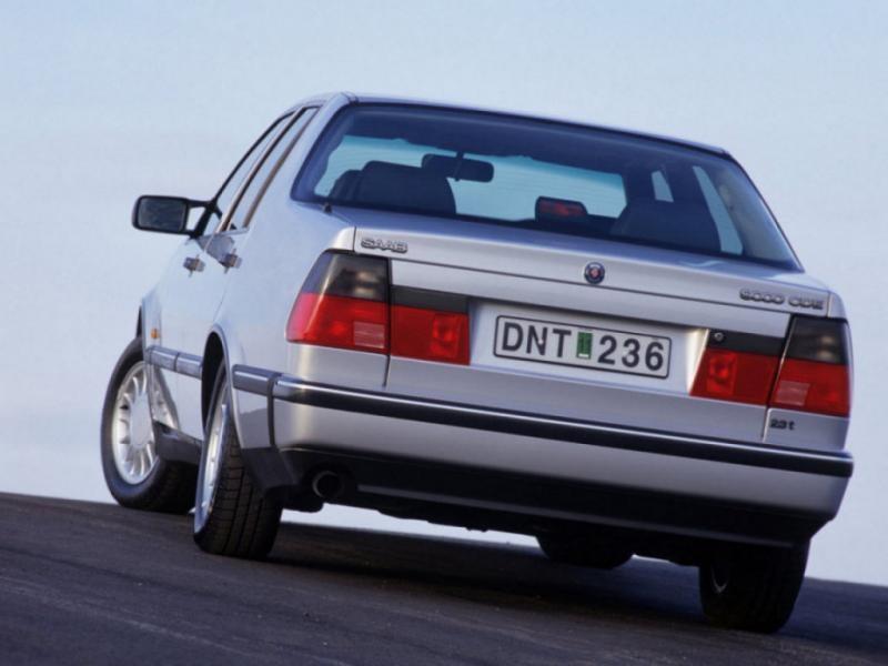 Серебристый седан Saab 9000, вид сзади