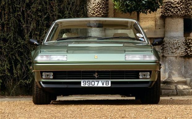 Серебристый купе Ferrari 412, вид спереди