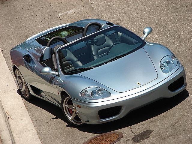 Серебристый кабриолет Ferrari 360 Modena Spider