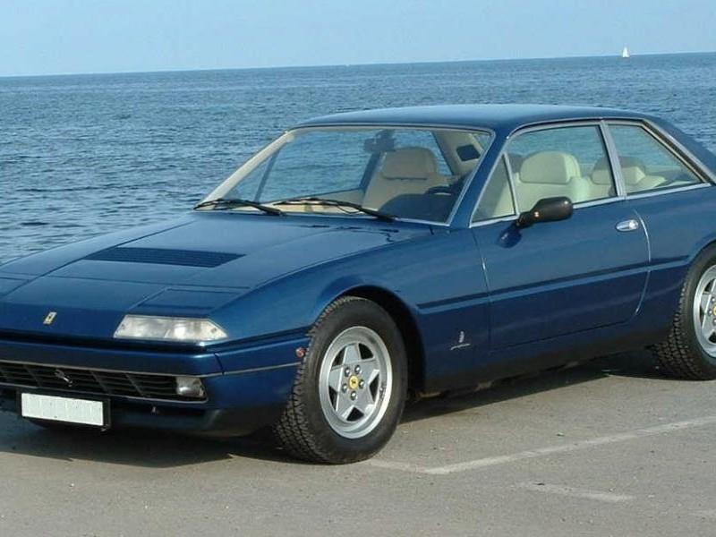 Синий комфортабельный купе Ferrari 412