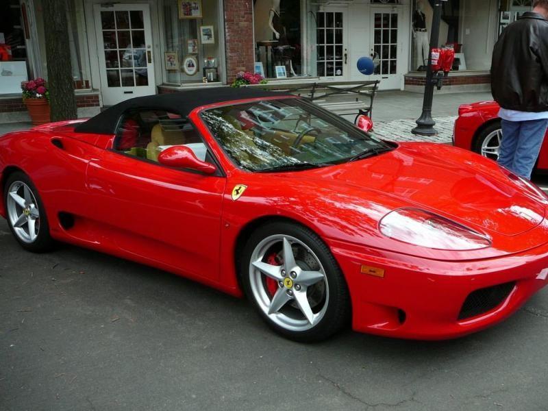 Красный практичный кабриолет Ferrari 360 Modena Spider