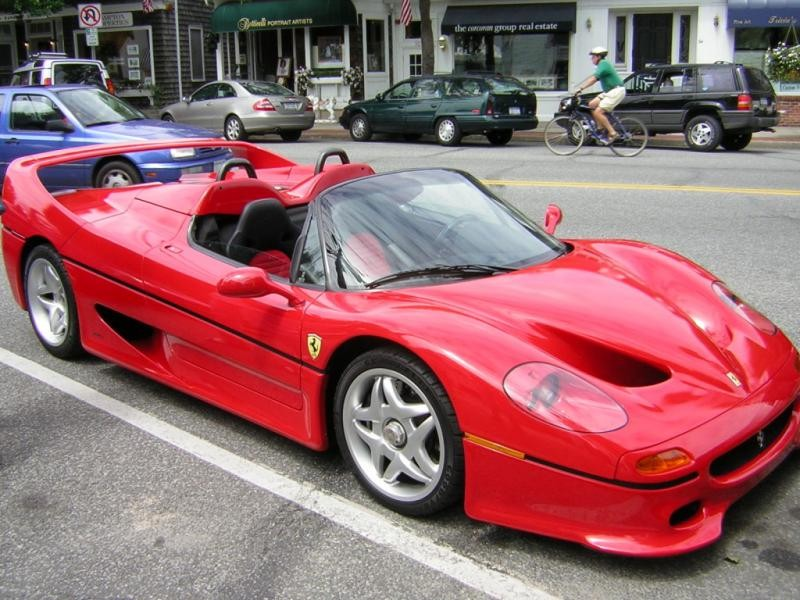 Красный мощный купе Ferrari F50