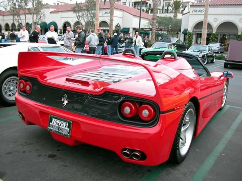 Красный быстрый Ferrari F50, вид сзади