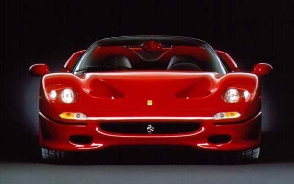Красный купе Ferrari F50, вид спереди