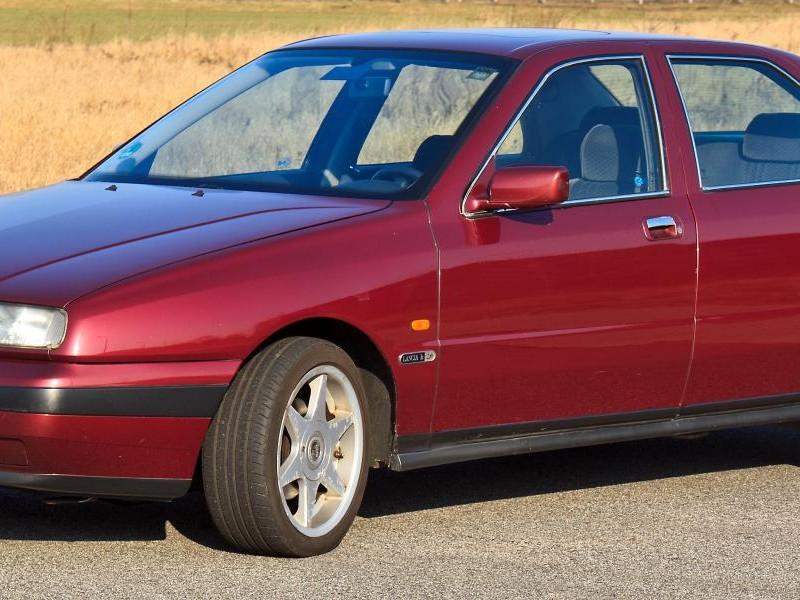 Красный седан Lancia Kappa