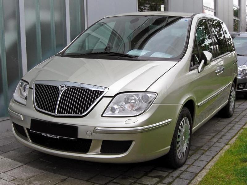 Серебристый Lancia Phedra, минивэн