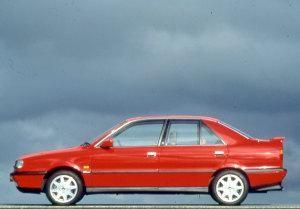 Красный седан Lancia Dedra 1992, вид сбоку