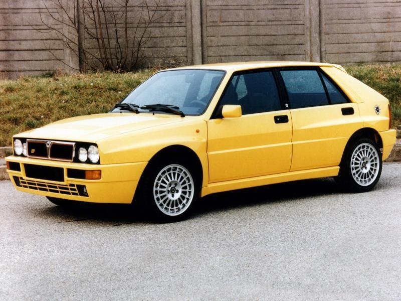 Желтый практичный хэтчбек Lancia Delta