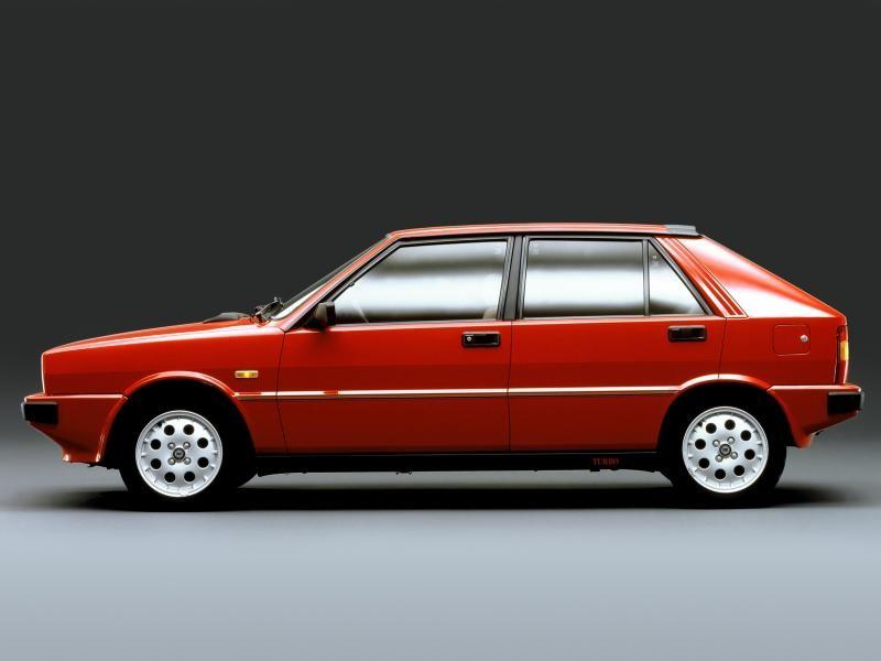 Красный хэтчбек Lancia Delta, вид сбоку