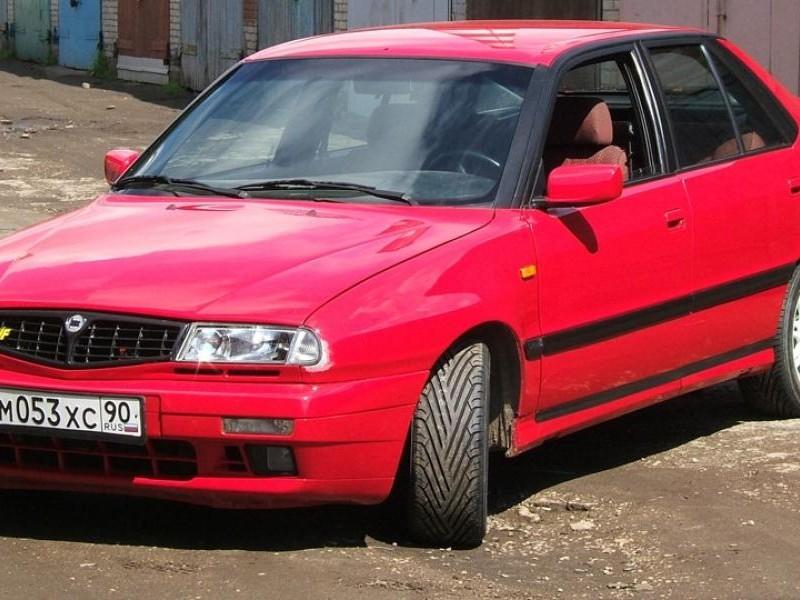 Красный практичный хэтчбек Lancia Delta