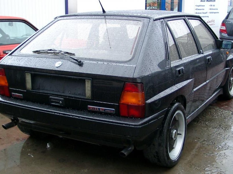 Черный хэтчбек Lancia Delta