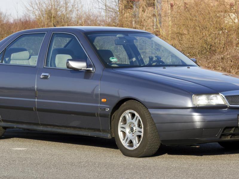 Серебристый просторный седан Lancia Kappa