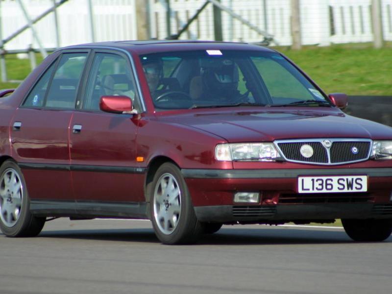 Вишневый седан Lancia Dedra