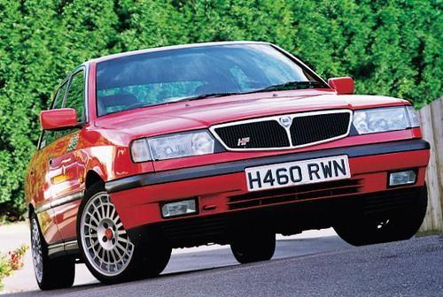 Красный седан Lancia Dedra, вид спереди