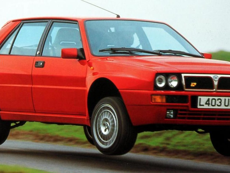 Красный хэтчбек Lancia Delta
