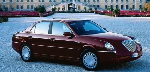 Вишневый седан Lancia Thesis