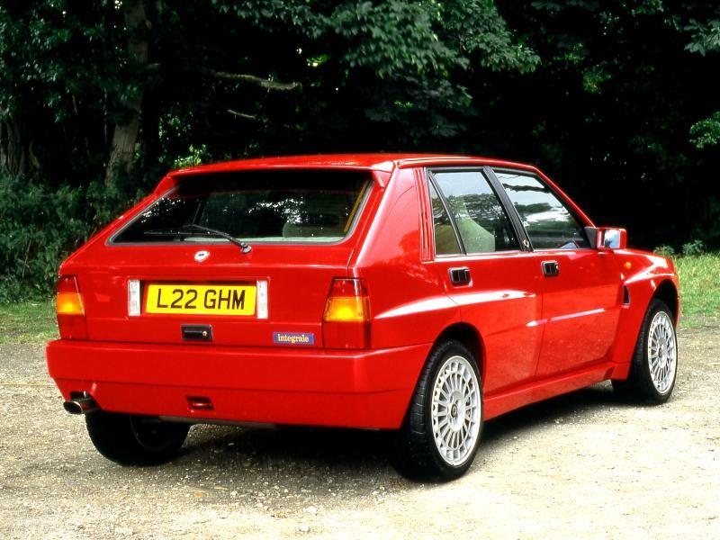 Красный хэтчбек Lancia Delta, вид сзади