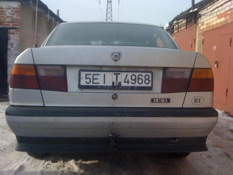 Серебристый седан Lancia Dedra вид сзади