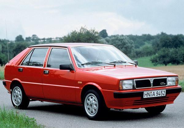 Красный Lancia Delta, практичный хэтчбек