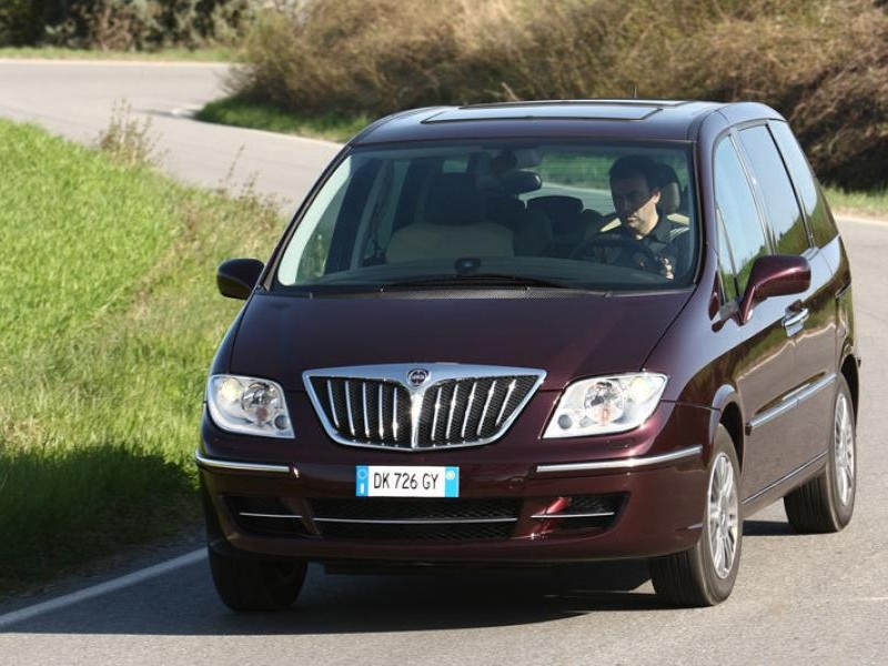 Минивэн Lancia Phedra, вид спереди