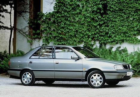 Серебристый седан Lancia Dedra, вид сбоку