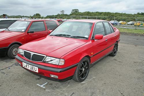 Красный седан Lancia Dedra