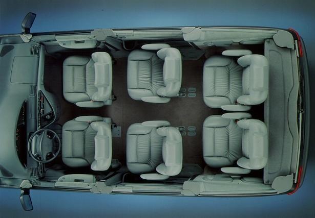 Серый салон минивэна Lancia Zeta
